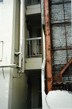 ラスモル壁が落ちたアパート.jpg