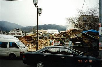 圧壊した木造建物.jpg