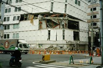 層崩壊した建物-2.jpg