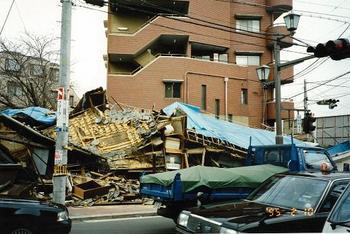 残ったマンションと崩壊した家.jpg