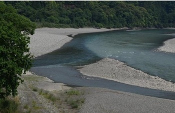 濁りのひどい十津川水系(右側)と清流の北山川水系(左側)の合流地点.jpg