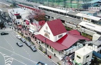 赤レンガ色の三角屋根が特徴の旧国立駅舎(1993年撮影).jpg
