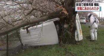 車横転2人けが 突風か、新潟で市道走行中.jpg