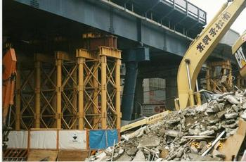 鉄道陸橋の鉄骨柱の破断-1.jpg